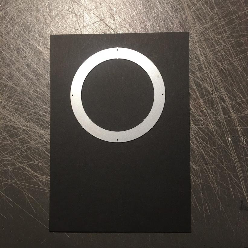 Im oberen Bereich wird ein Kreis ausgestanzt.